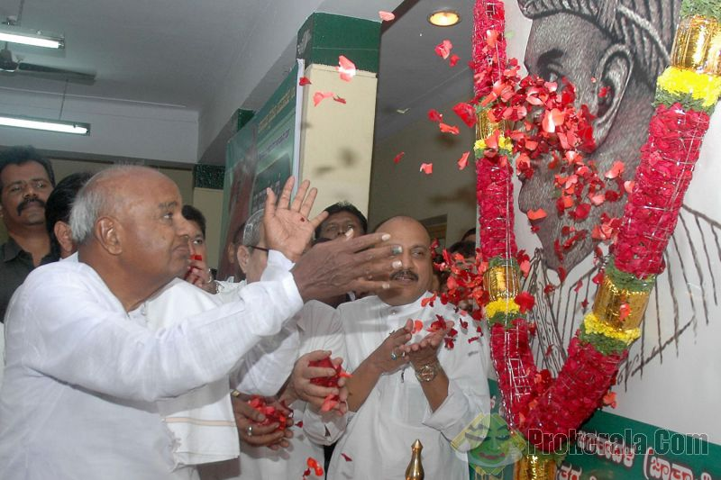 Janata Dal (S) supremo H.D. Deve Gowda pays floral tribute to a portrait of Tippu Sultan during a programme organised by KPJD(S) and JD(S) minority wing on his 264th birth anniversary at JD (S) in Bangalore on Nov.11, 2013.