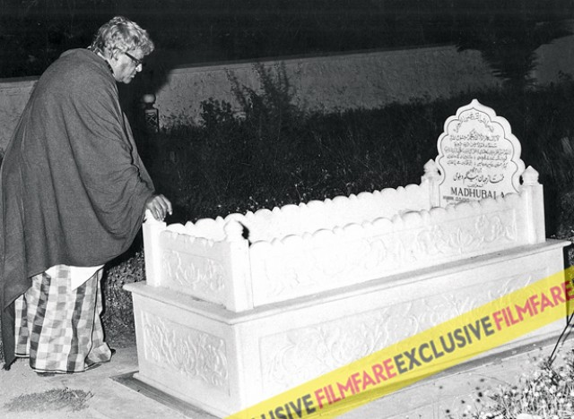 Madhubala's death was a grave loss. Here you can see Prithviraj Kapoor visiting her burial site in Mumbai.