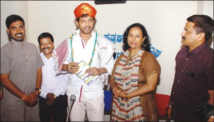 Bollywood actor Irrfan Khan, who was felicitated by Mysore District Journalists' Association (MDJA) in city yesterday, is seen with (from left) MDJA President K. Deepak, Rangayana Director H. Janardhan, Irrfan's wife Sutapa Sikdar and MDJA General Secretary K. J. Lokesh Babu.