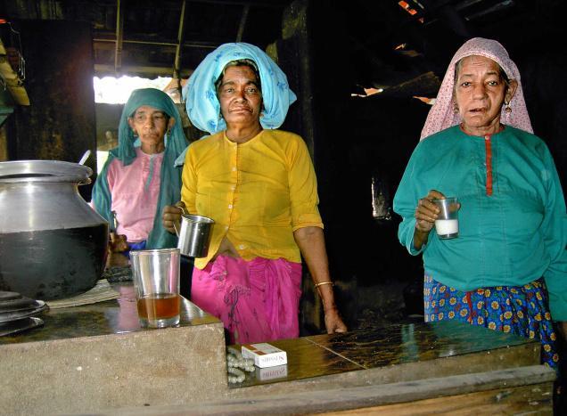 Rabia (middle) at her Makani at Panangangara along with her sisters.