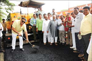 N.R. Constituency Congress MLA Tanveer Sait — the man behind re-building of Jodi Thenginamara Road (Star of Mysore road) which was in a highly-dilapidated condition for over 10 years from Moulana Abdul Kalam Azad Circle (Highway Circle) upto Srinivasa theatre — is seen launching the final asphalting of the widened 80-feet road with two lanes here this morning in the presence of hundreds of local residents and businessmen among whom were The National Marbles Proprietor Zubair, Star of Mysore Editor-in-Chief K.B. Ganapathy, City Congress President T.S. Ravishankar and Congress leader Kaiser Ahmed.