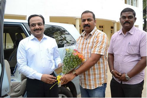 Mandya CMC member Shashikumar greeting the new Deputy Commissioner, S. Ziyaullah, on Friday. Photo: Special Arrangement