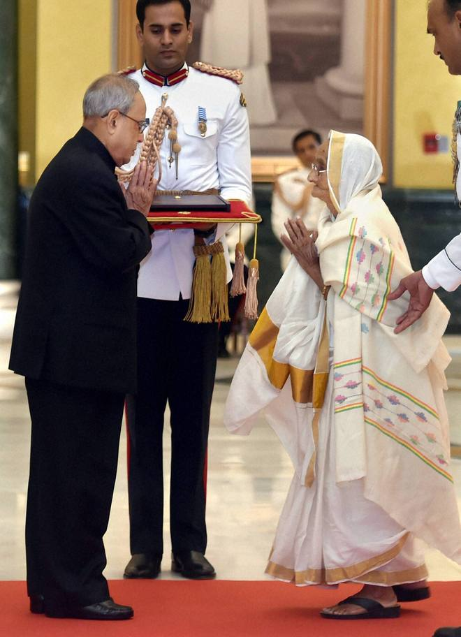 President Pranab Mukherjee felicitates Rasoolan Bibi (L), widow of Param Vir Chakra awardee Abdul Hameed, and Marshal of the Indian Air Force Arjan Singh in New Delhi on Tuesday. PTI
