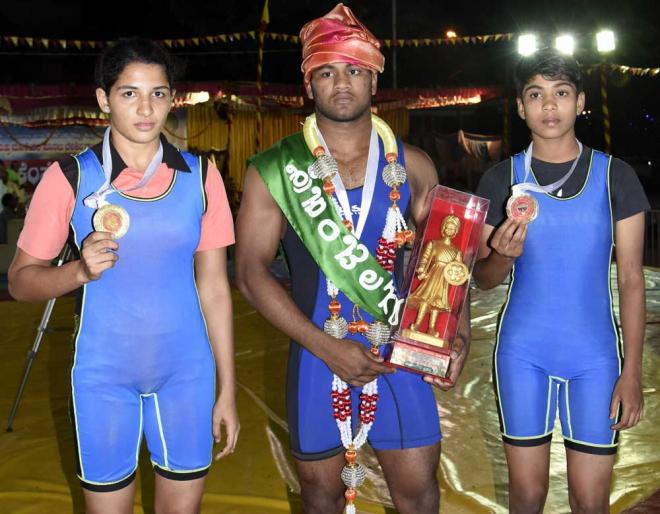 Winners: Kempegowda prize winners Srinivas (centre) flanked by Atma Shri (left) and Sahida Begum. DH PHOTO