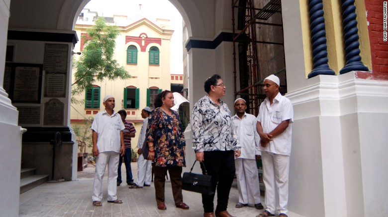Aileen Jo Cohen (foreground) and Mitana Alexander talk to Muslim caretakers at one of Calcutta's three synagogues.