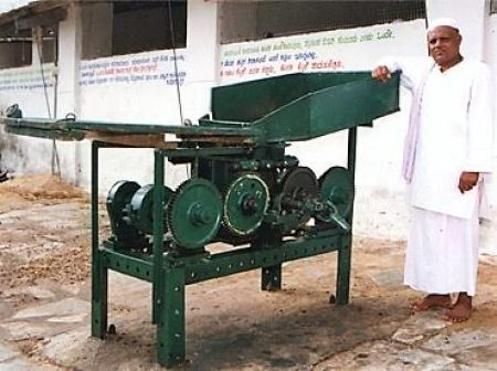 Abdul Khadar with his innovation of a device meant to separate tamarind seeds. Credit: Special arrangement