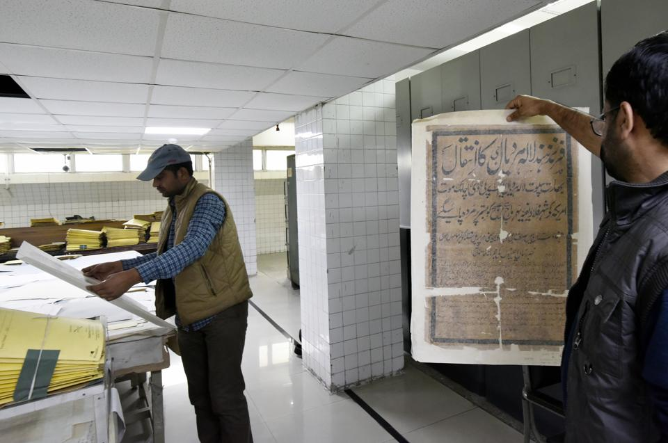 The Delhi archives is a repository of over 10 crore rare documents comprising Mughal firmans, maps land acquisition statements, jail records, manuscripts and government orders. (Vipin Kumar/HT PHOTO)