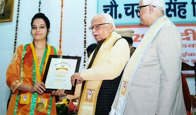 Ram Naik, Uttar Pradesh Governor and Chancellor Chaudhary Charan Singh University – formerly known as Meerut University, awarded the Gold Medal to Nagma Mansuri at a glittering ceremony held last Monday for scoring maximum marks in Physics subject. (TCN photo) source: ummid.com