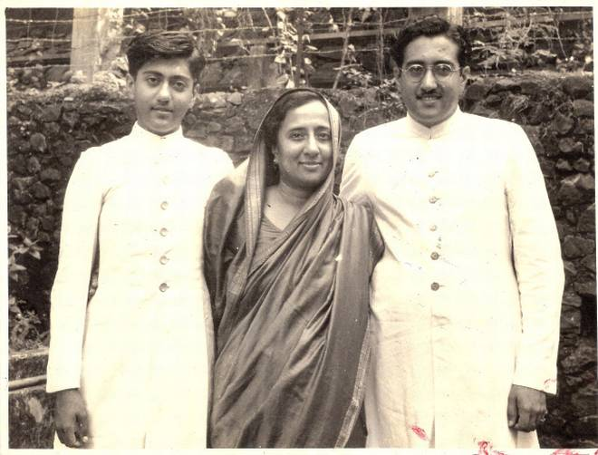 ducationist par excellence: Kulsum Sayani (Centre) with her sons, radio broadcaster Ameen Sayani (left) and Hamid Sayani. (Courtesy: Sayanis)